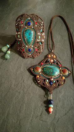 Ensemble collier sautoir et bracelet manchette en macramé et pierres fines. #saelcreation page fb Micro macramé sael