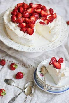Tästä on tullut meidän suosikki kesäk. Raw Desserts, No Bake Desserts, Delicious Desserts, Yummy Food, Baking Recipes, Cake Recipes, Dessert Recipes, Raw Cake, Sweet Pastries