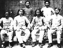 Macario Sakay (third from left, front row) and his crew. Macario Sakay was a Filipino general who fought the Americans in the Philippine-American war. Treaty Of Paris, Calling America, The Spanish American War, World Conflicts, Filipino Culture, Cultural Studies, Freedom Fighters, History Facts, Historian