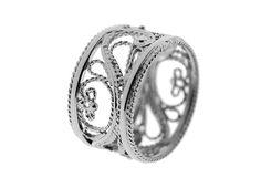 Filigraani-vihkisormus | Keveän ilmava filigraanitekniikalla valmistettu näyttävä vihkisormus, jossa tekniikalle ominainen rosoisen pitsimäinen lankakuviointi on saanut parikseen kiiltävää pintaa. | Materiaalit: 585-valkokulta | http://www.hannakorhonen.fi/filigraani-vihkisormus/ | White gold 585 | #HannaK #rings #wedding #jewelry #filigree