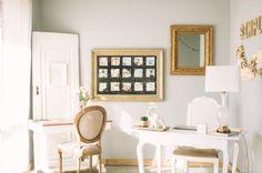 Gallery & Inspiration | ME gusta el cuadro con las fotos y los marcos dorados antiguos de los cuadros