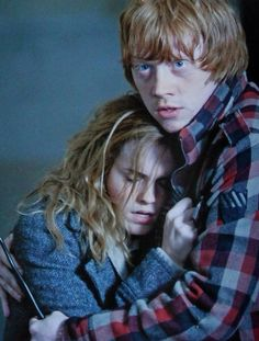 Ron Weasley protecting hermione in the last harry potter movie. Classe Harry Potter, Mundo Harry Potter, Harry Potter Love, Harry Potter World, Harry Potter Ron Weasley, Ginny Weasley, Hermione Granger, Ron Et Hermione, Hermoine And Ron