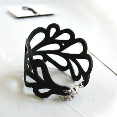Upcycled inner tube bracelet - would be cute in recycled leather tho - DIY here I come Leather Earrings, Leather Jewelry, Leather Craft, Recycled Leather, Diy Accessories, Leather Accessories, Jewelry Crafts, Jewelry Art, Tire Craft