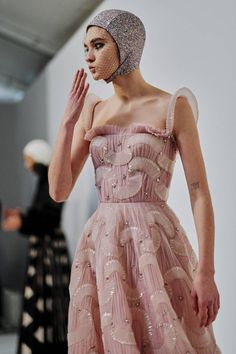 See all the Backstage photos from Dior Spring/Summer 2019 Couture now on British Vogue Fashion Week, Fashion Art, High Fashion, Fashion Beauty, Fashion Show, Fashion Outfits, Fashion Design, Fashion Trends, Couture Fashion