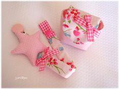 Flores rosa com estrelinha. Bolsinha a combnar. {Star with little flowers pacifier clip.Matching pouch.}
