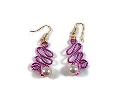 Boucles oreille réalisées en fil aluminium rose  avec perles nacrées  boucles oreilles montées sur support crochet métal doré  Hauteur : 6.5 cm  Bijou fait main, pièce - 17339063