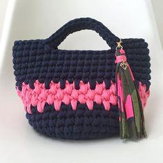 - #丸底トートバッグ - @ayumi.tomboy さんよりオーダーいただきました♬ ネイビーにショッキングピンクのぷっくり編みライン! ネイビー×ピンク、可愛ーい新しい発見です✨ タッセルはワタクシイチオシのカモフラ柄。 こちらもピンクがピリッと効いていてポイントになってくれました♬ あゆみさん、オーダーありがとうございました〜♡♡♡ - - #Tシャツヤーン #ハンドメイド #ズパゲッティ  #モノポップ #zpagetti  #monopop  #mocomoworks