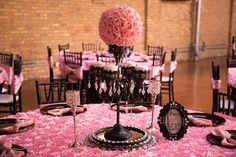 We love these #pink and #black #table #decorations!