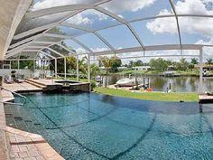Uma piscina maravilhosa com cobertura e acesso direto ao rio