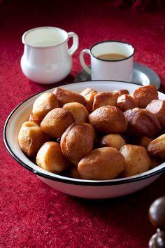 """Louise Brynard van Calvinia bak haar skuinskoek met 'n """"suurdeegplantjie"""" (aartappelskille, suiker en meel wat in water gegis het), want dit hou die skuinskoek langer vars, maar jy kan ook gewone kitsgis gebruik. Die oorspronklike resep vra heuningmoer, maar dis deesdae haas onmoontlik om in die hande te kry. Bread Recipes, Cookie Recipes, Dessert Recipes, Desserts, Pretzel Bites, Sweet Tooth, Snacks, Homemade, Cooking"""