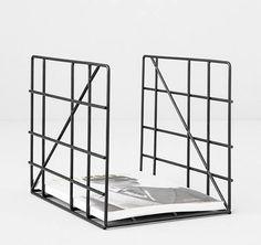 Für mehr Übersicht im Zeitschriften-Chaos: Der Halter aus pulverbeschichtetem Stahl besteht aus einem Gitter, dass nach Vorne und Hinten offen bleibt. Hier entdecken und shoppen: http://sturbock.me/hOn