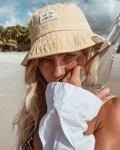 Bild Outfits, Angelica Blick, Beach Poses, Insta Photo Ideas, Cute Hats, Foto Pose, Summer Pictures, Summer Aesthetic, Beach Photography