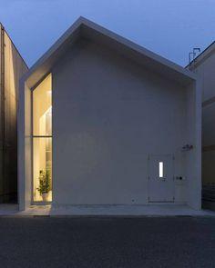 Image 13 of 37 from gallery of Asahicho Clinic / hkl studio. Photograph by Tetsu Hiraga Japan Architecture, Minimalist Architecture, Architecture Design, Pavilion Architecture, Sustainable Architecture, Residential Architecture, Contemporary Architecture, Facade Design, Exterior Design
