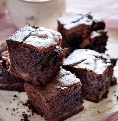 תאפו אותם פעם אחת, ואין מצב שהם לא נכנסים לרפרטואר הבית הקבוע. המרקם רך, ומעורבב בו ממרח שוקולד אגוזים מוכן, שיוצר איים קטנים של אושר בתוך המאפה Cookie Recipes, Dessert Recipes, Desserts, Chocolat Cake, Dairy Free Baking, Chocolate Deserts, Fondant Cakes, Mini Cakes, Cake Cookies