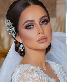 If your big day is coming up, take a looks at this list with some of the best bridal makeup looks to inspire you for your beauty look for your wedding day. Diy Wedding Makeup, Best Bridal Makeup, Natural Wedding Makeup, Bridal Hair And Makeup, Wedding Hair And Makeup, Natural Makeup, Hair Makeup, Vintage Wedding Makeup, Vintage Makeup