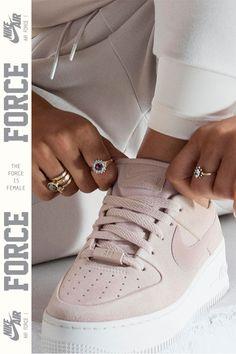 Jorja Smith représente la Nike Air Force 1 Sage Low. Un design iconique entièrement revisité.