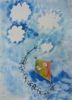 """1. Na jeden z výkresů si tužkou načrtneme různé tvary mraků a draka, vystřihneme. 2. Na paletku si nachystáme barvy nebe - odstíny modré, můžeme se pokusit o míchání barev, o tónování přídáním bílé. 3. Na druhý výkres přiložíme vystřihlé mraky a všude kolem """"tupujeme"""" houbičkou namočenou v…"""