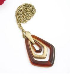Avon-Brown-Multi-Ring-Pendant-NECKLACE-Vintage-Goldtone-Medallion-26-Signed