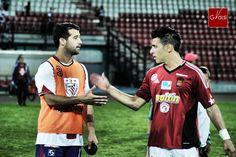Pierre Pluchino, delantero de Estudiantes de Mérida FC, muy cuestionado por la afición, saluda a Juan Guerra, militante del CaracasFC y de la selección nacional.