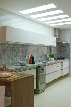 A cozinha americana de 7m², projetada pela arquiteta Cinthia Garcia e a designer…