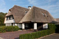 Rietgedekte villa met vele dakkapelen en dakramen, voor het creeren van zoveel mogelijk daglicht