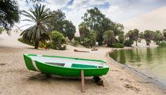 La barca y el oasis de Huacachina en Ica Perú https://blogtrip.org/huacachina-peru-viajar-ica-oasis-laguna/