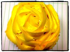 Gold rose cupcake Rose Cupcake, Snack Recipes, Snacks, Buns, Peanut Butter, Chips, Gold, Snack Mix Recipes, Appetizer Recipes