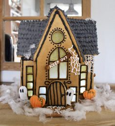 Har länge haft planer på att baka ett pepparkakshus till Halloween. Älskar att bygga pepparkakshus och de behöver ju inte bara göras till jul.