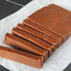 Skär fudgen i bitar med en vass kniv. Chocolate Sweets, Fika, Fudge, Caramel, Candy, Christmas, Crafts, Prom Dresses, Sticky Toffee