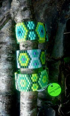 He encontrado este interesante anuncio de Etsy en https://www.etsy.com/es/listing/203699312/ladies-woven-hama-bead-cuffs-green