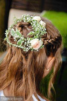 wianek i bukiecik wykonano z różnych roślin. Z mocną formą liści pittosporum w wianku korespondują liście paproci arachniodes w bukiecie. I tu, i tu zastosowano gipsówkę First Holy Communion, Crown, Corona, Crowns, First Communion, Crown Royal Bags