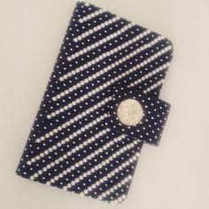 Case para celular confeccionada com tecido de poá com aplique de pérolas e chaton de acrílico. Sob medida! #case #cartonagem #artesanato #beatiful