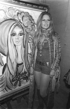 Brigitte Bardot at Roux's painting exhibition in Saint Tropez on February Brigitte Bardot, Bridget Bardot, Catherine Deneuve, Jane Fonda, Hollywood Glamour, Old Hollywood, Hollywood Fashion, Hollywood Actresses, Marie Christine Barrault