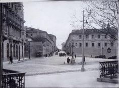 Desde la plaza de España, comienzo de la calle Bailén. A la derecha, edificio de las caballerizas