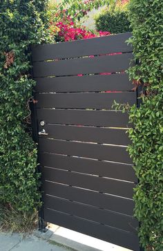 10 Awesome Modern Horizontal Fence Ideas That Value Of Money – decoratoo - Zaun Side Gates, Entry Gates, Front Gates, Front Doors, Backyard Gates, Backyard Landscaping, Outdoor Gates, Landscaping Edging, Driveway Gate