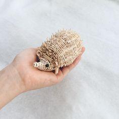 .20160717 先日YOSHIKOさんのワークショップに参加してから、かご編みの楽しさに取り憑かれています。。 脱線が脱線を呼んで、はりねずみ。ひと回りして動物に戻ってきました。 . I'm into rattan works these days. . #はりねずみ #hedgehog #籐 #rattan