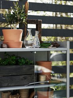 Det nätta förvaringsskåpet HINDÖ är odlarens favorit. I ett hörn av trädgården blir krukor och redskap på förvaring ett snyggt blickfång.  Här drivs även sticklingar upp i skydd av glasdörrarna.