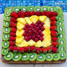 New fruit party platters snacks ideas Party Platters, Party Trays, Snacks Für Party, Parties Food, Party Desserts, Party Buffet, Fruits Decoration, Salad Decoration Ideas, Fruit Creations