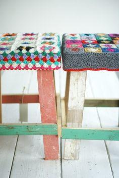 Bancos rústicos com assentos em crochê
