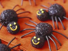Spinnen-Pralinen zu Halloween - Zeit: 40 Min.   eatsmarter.de Halloween Fotos, Happy Halloween, Halloween Buffet, Tasty, Yummy Food, Yummy Recipes, Homemade Candies, Eat Smarter, Perfect Party