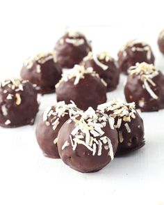 NEW Chocolate Coconut Truffles made with just five ingredients! Perfect for Bounty or Mounds Bar lovers! Recipe on the blog now - link in profile #chocolate #coconut #truffles by sweetestmenu