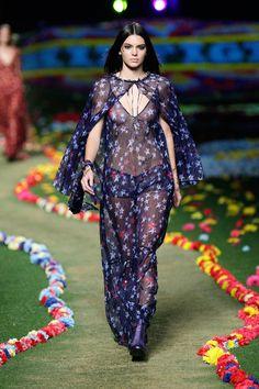 Pin for Later: Kendall Jenner herrscht über Paris... und den Rest der Fashion Weeks Sie hatte auch Zeit für einen kleinen Outfitwechsel Die Show von Tommy Hilfiger war somit die erste Modenschau, bei der Kendall gleich zwei Outfits tragen durfte.