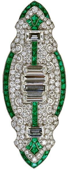 Tendance Joaillerie 2017  Art Deco Diamond Emerald Brooch. Its all about geometry and calibrated shapes  Tendance & idée Joaillerie 2016/2017 Description Art Deco Diamond Emerald Brooch. Its all about geometry and calibrated shapes. The french curves keeping company with their defined deco counterparts. All this surrounds six bold baguette shaped diamonds of 5.50 carats. Via 1stdibs.