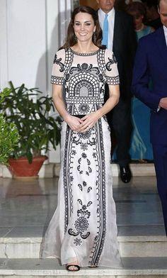 Solakka herttuatar Catherine edusti kuningatar Elisabetin juhlallisuuksissa ihastuttavassa, tyköistuvassa iltapuvussa.
