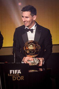 # FotoDelDía Golden Ball for Messi Fc Barcelona, Lionel Messi Barcelona, Barcelona Football, Leonel Messi, Messi Soccer, Messi 10, Football Icon, Football Art, Good Soccer Players