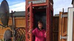 Image copyright                  Steve Spill                                                                          Image caption                                      Michelle Spill supported apoyó el sueño de su marido de ser dueño de una cabina de teléfono roja.                                Cuando la emblemática cabina de teléfono llegó a la casa de