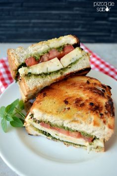 Sándwich caprese a la parrilla (pesto, tomate, queso mozzarella y albahaca) | http://www.pizcadesabor.com/2014/06/02/sandwich-caprese-la-parrilla-pesto-tomate-queso-mozzarella-y-albahaca/