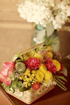 fiori dentro scatola vintage