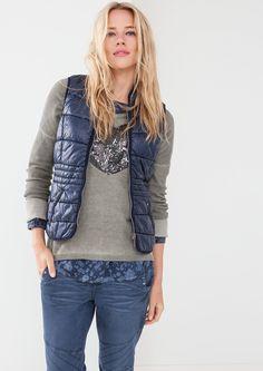 Rundhalsausschnitt mit Stehkragen sichtbarer Metallreißverschluss vorn Armausschnitte mit kontrastiger Webeinfassung formgebende Teilungsnähte vorn und hinten schräg eingesetze Leistentaschen vorn vordere Kanten und Saumabschlüsse mit Webband kontrastig eingefasst feminine, figurnahe Passform; Rückenlänge bei Größe 36 ca. 59 cm aus hochwertigen Materialien Ob zu Jeans und Strickpulli oder zu Ch...