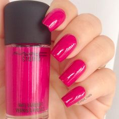 Smalto rosa fucsia MAC studio nail lacquer Girl about town - beauty tester.it
